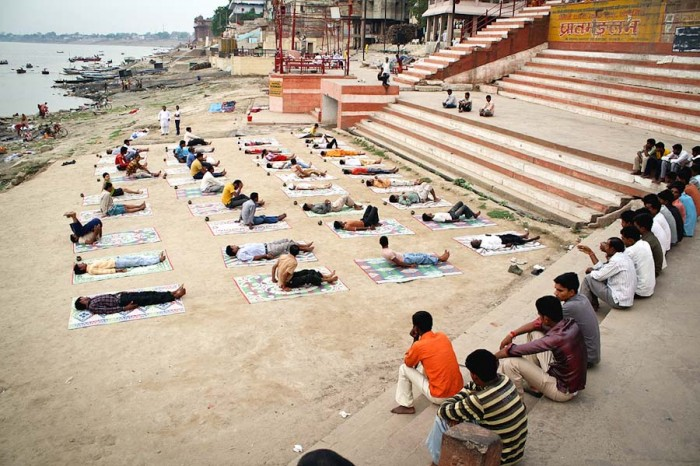 An early morning yoga class on the banks of the Ganges in Varanasi, India. (Photo by Nakatani Yoshifumi)